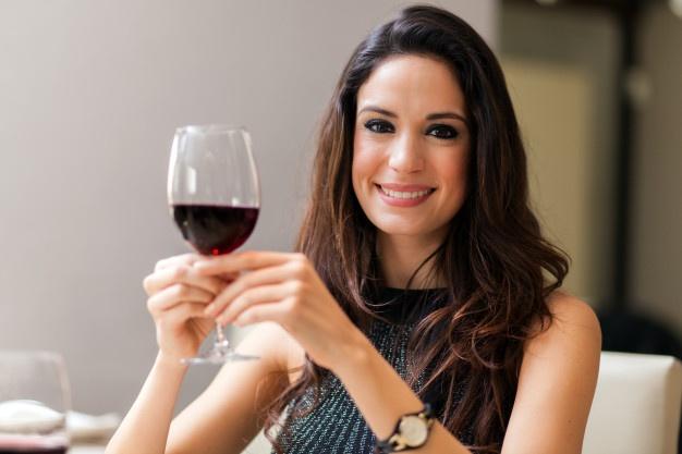 hermosa-mujer-sosteniendo-copa-vino-tinto
